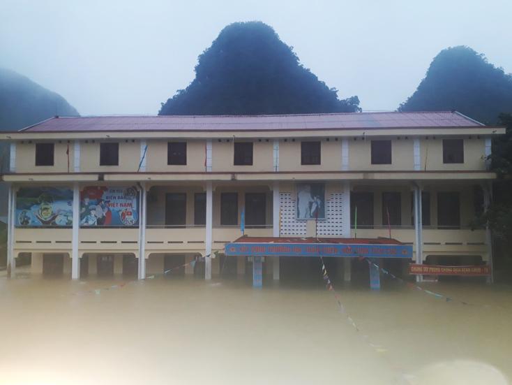 Trường tiểu học Tân Hóa, huyện Minh Hóa, tỉnh Quảng Bình ngập sâu trong nước lũ, ngày 18/10. Ảnh: Báo Quảng Bình