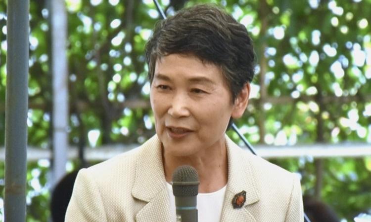 Đệ nhất phu nhân Mariko Suga phát biểu trước những người ủng hộ chồng bà, Thủ tướng Yoshihide Suga tại Yokohama ngày 16/9. Ảnh: Kyodo.