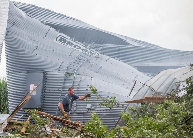 Một người dân Mỹ dọn dẹp thiệt hại sau cơn bão gió hiếm gặp hôm 11/8 ở Wakarusa, bang Indiana. Ảnh: AP