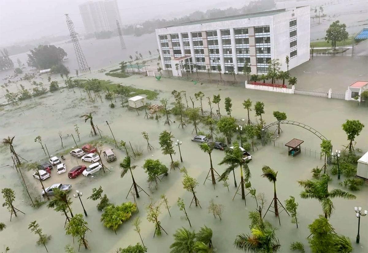 Nhiều nơi ở thành phố Hà Tĩnh đang ngập sâu hơn 1 m. Ảnh: Hùng Lê