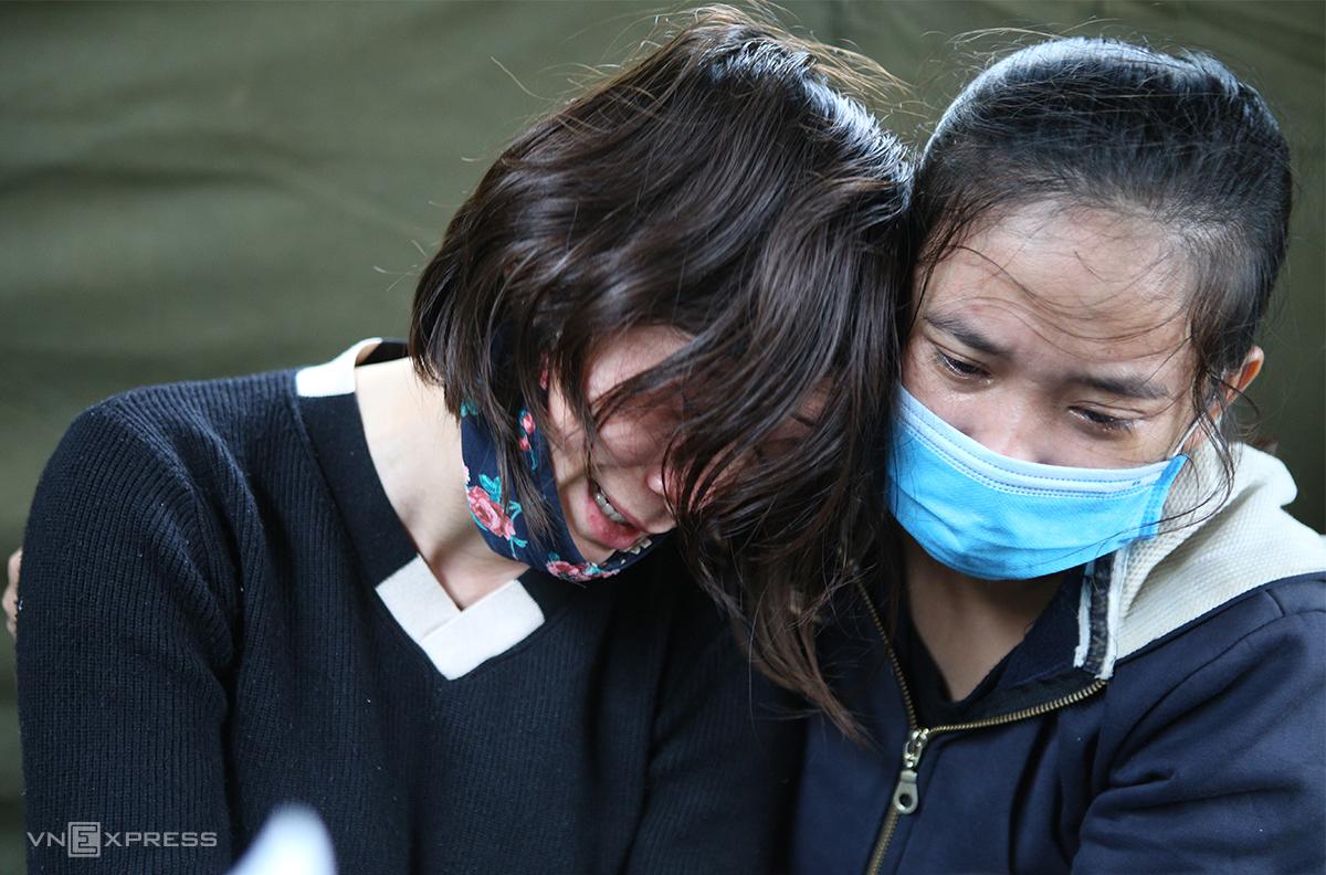 Chị Thiều Thị Nhung (giữa), vợ chiến sĩ Trần Quốc Dũng (36 tuổi), trú huyện Cẩm Xuyên, Hà Tĩnh gục khóc trong vòng tay người thân.