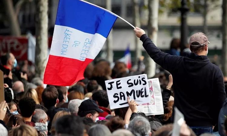 Đám đông tham gia cuộc tuần hành trên quảng trường Place de la Republique ở Paris ngày 18/10. Ảnh: Reuters.