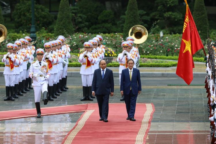 Thủ tướng Nguyễn Xuân Phúc, trái, đón Thủ tướng Suga tại Hà Nội sáng 19/10. Ảnh: Ngọc Thành.