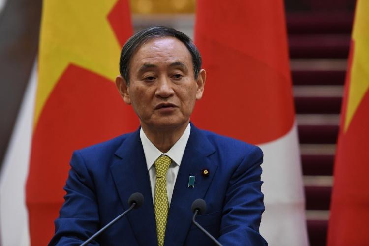 Thủ tướng Nhật Suga trong họp báo chung với Thủ tướng Việt Nam ngày 19/10 tại Hà Nội. Ảnh: Reuters.
