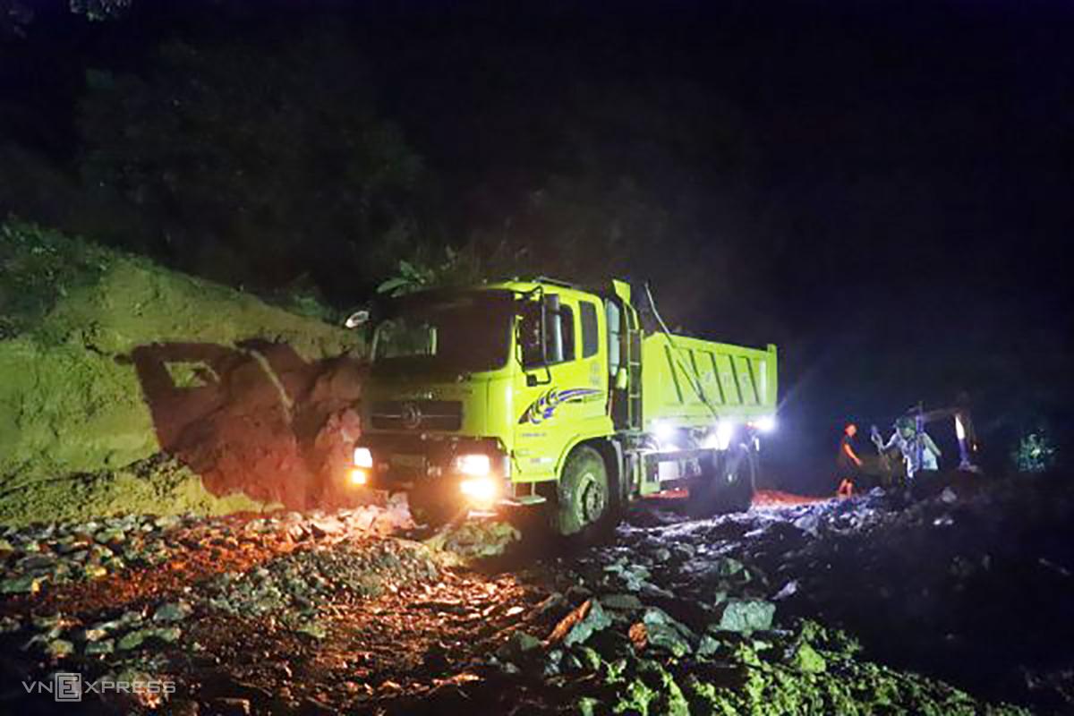 Xe tải chở đá gia cố điểm sạt lở trong đêm. Ảnh: Đức Hùng.