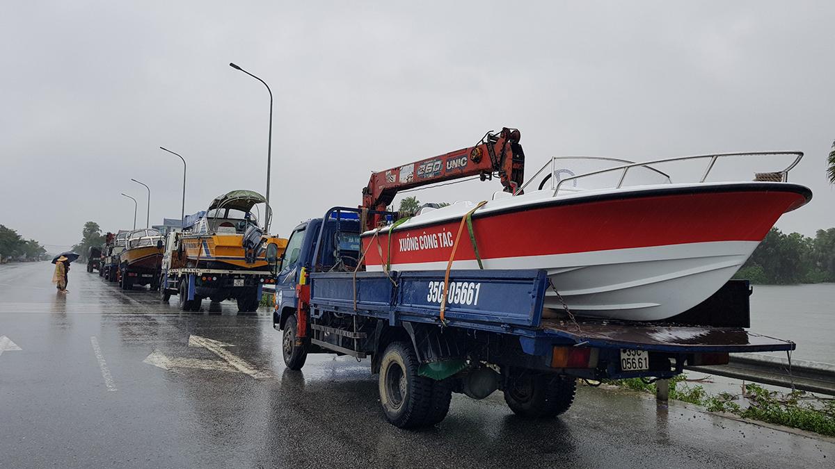 Công an, quân đội đang huy động cano và các phương tiện chuyên dụng đến các điểm ngập lụt sơ tán dân và tài sản. Ảnh: Lê Hoàng.