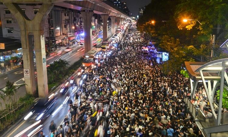 Người biểu tình Thái Lan tập trung biểu tình ở khu vực ngã tư Kaset, thủ đô Bangkok, hôm 19/10. Ảnh: AFP.