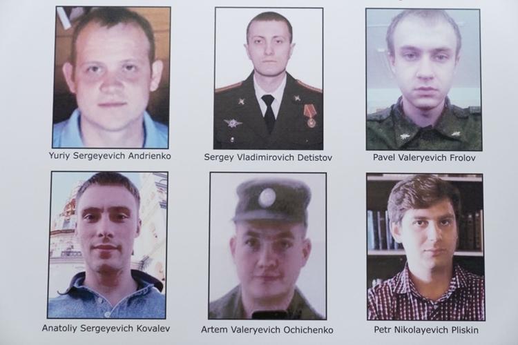 Ảnh và tên của 6 sĩ quan tình báo Nga được công bố trong một cuộc họp tại Bộ Tư pháp Mỹ hôm 19/10. Ảnh: AP.