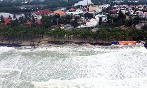 Hàng quán bị cuốn trôi ra biển Cửa Đại
