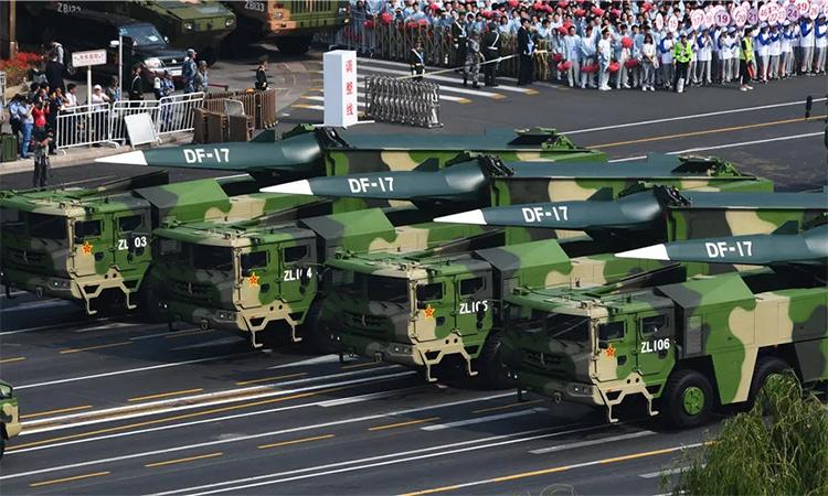 Tên lửa siêu vượt âm DF-17 trong lễ duyệt binh tại Bắc Kinh, Trung Quốc, tháng 10/2019. Ảnh: PLA.
