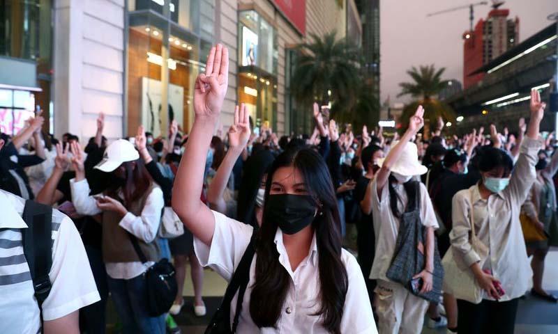 Đám đông biểu tình ở Bangkok, Thái Lan, giơ ba ngón tay lúc 18h hôm nay, thời điểm quốc ca được phát ở tất cả trạm giao thông công cộng. Ảnh: Reuters.