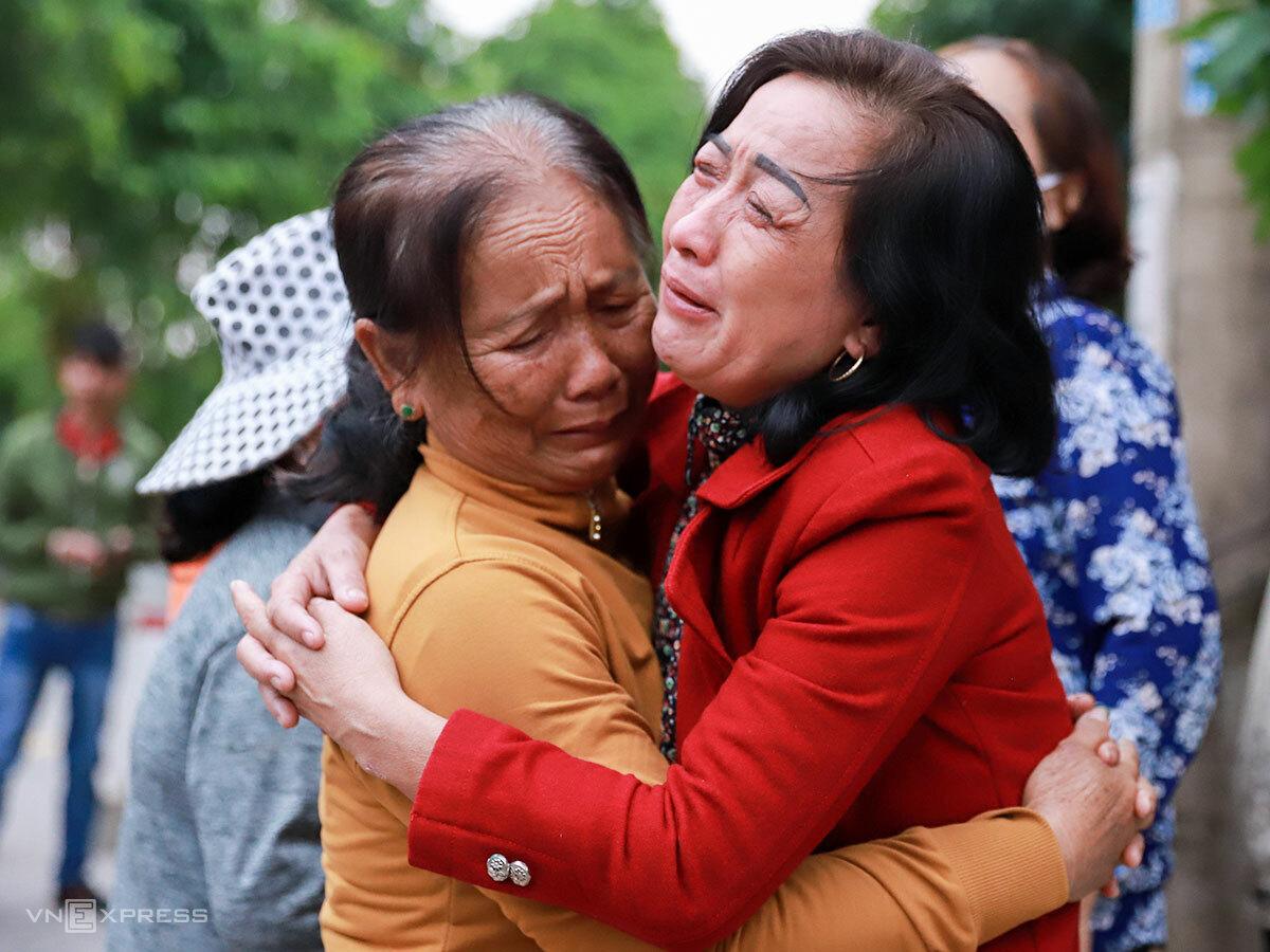 Bà Lý (áo đỏ) trước nhà tang lễ dã chiến, chiều 19/10. Ảnh: Nguyễn Đông