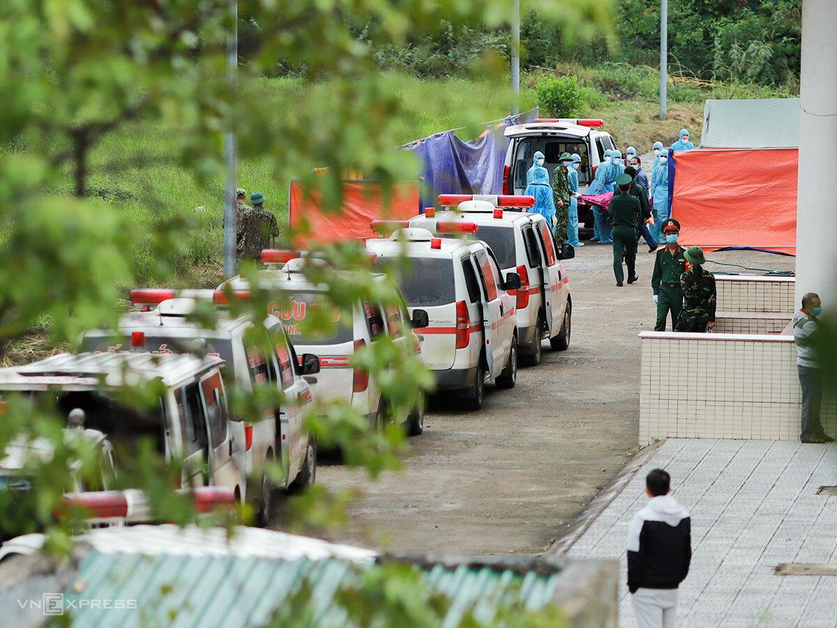 Xe cứu thương xếp hàng dài trong Nhà thi đấu đa năng TP Đông Hà, chiều 19/10. Ảnh: Nguyễn Đông