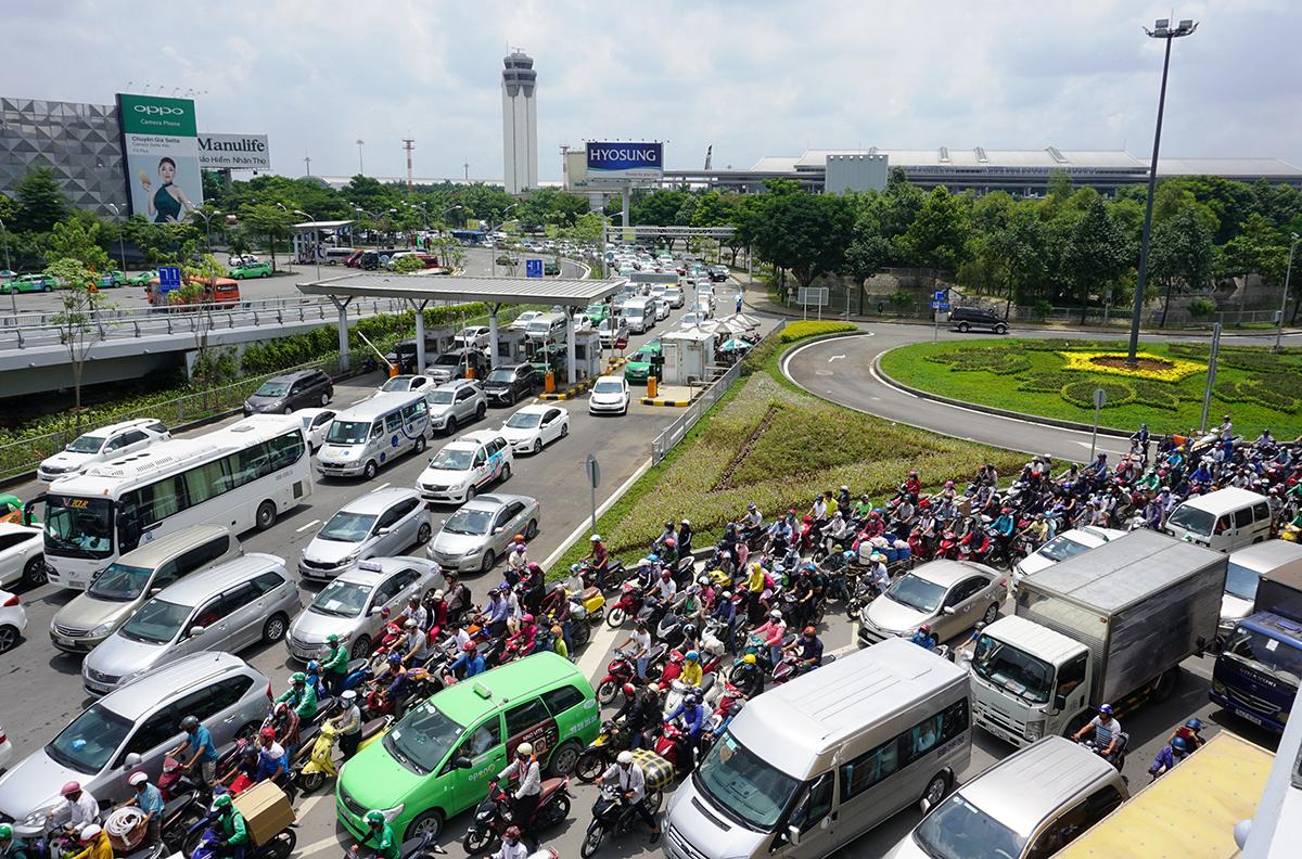 Kẹt xe trên đường Trường Sơn, khu vực trước sân bay Tân Sơn Nhất. Ảnh: Gia Minh.