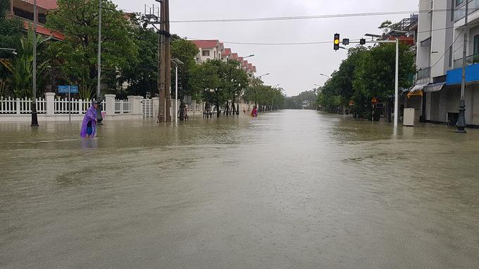 Các tuyến phố ở trung tâm TP Hà Tĩnh ngập sâu do mưa lớn, chiều 19/10. Ảnh: Lê Hoàng.