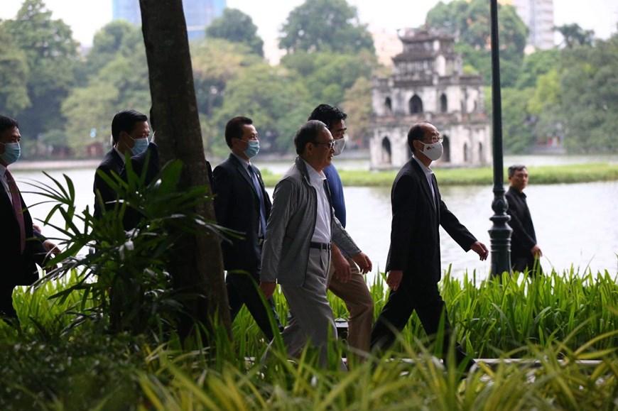 Thủ tướng Nhật Bản Suga Yoshihide đi vòng quanh Hồ Gươm sáng nay. Ảnh: Vietnam+.