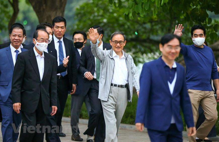Thủ tướng Nhật Bản Suga Yoshihide tại Hồ Gươm sáng nay. Ảnh: Vietnam+.