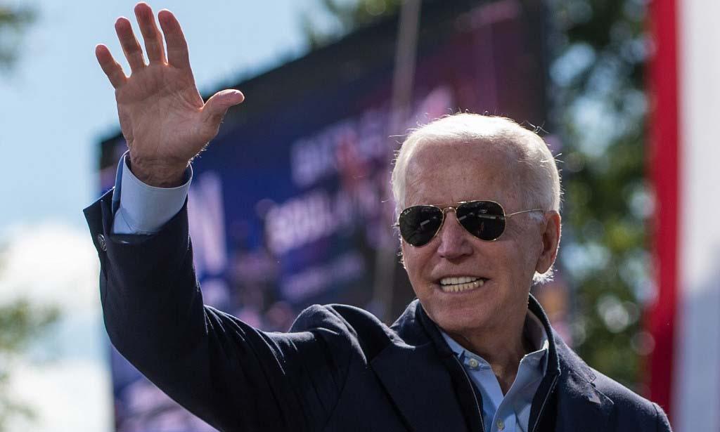Ứng viên tổng thống đảng Dân chủ Joe Biden vẫy tay với đám đông tại thành phố Durham, bang Bắc Carolina, hôm 18/10. Ảnh: AFP.