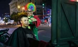 Chú hề cắt tóc 0 đồng cho người vô gia cư