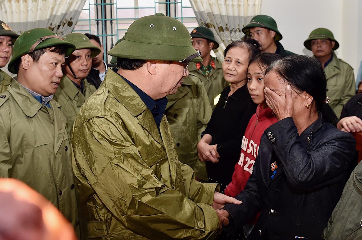 Phó Thủ tướng Trịnh Đình Dũng và đoàn công tác thăm hỏi người dân bị ngập lũ ở thị xã Ba Đồn, Quảng Bình ngày 20/10. Ảnh: VGP/ Nhật Bắc.