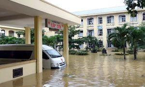 Hơn 300 người bị cô lập trong bệnh viện ngập sâu