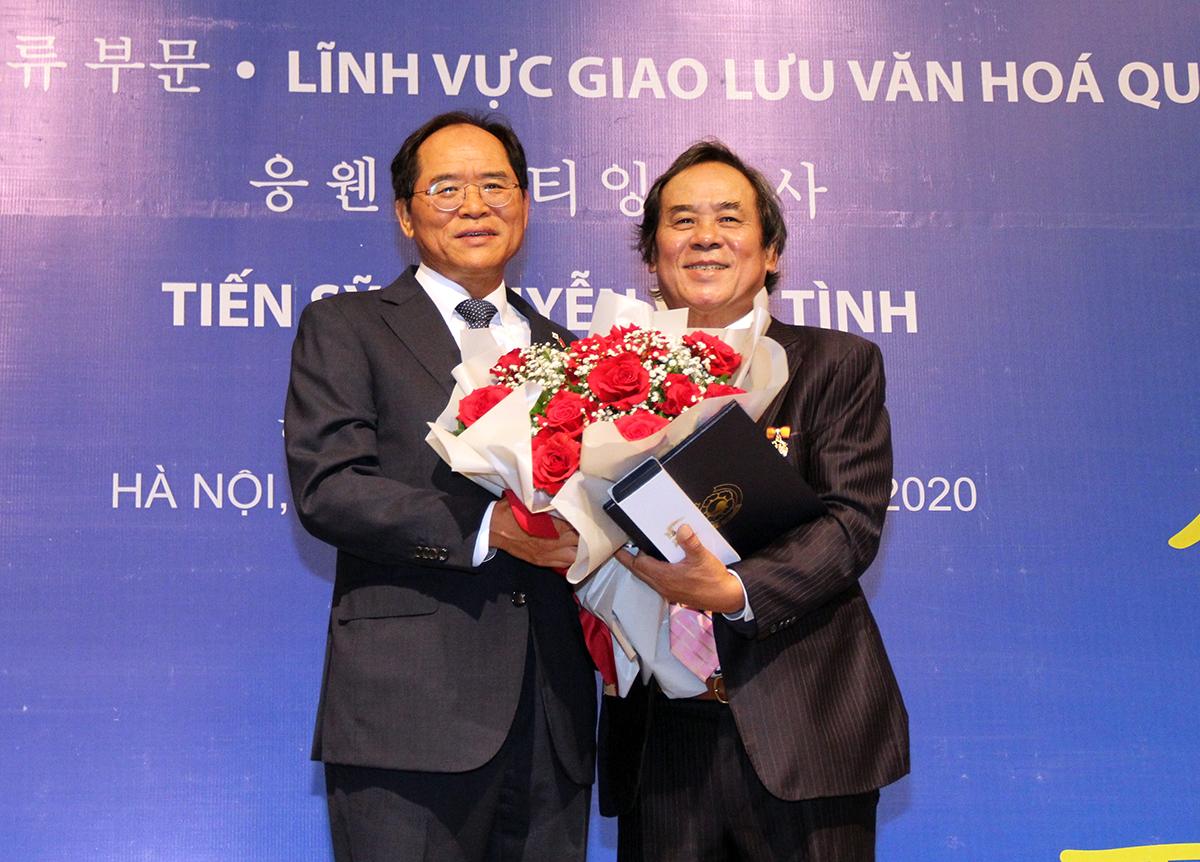 Ông Nguyễn Văn Tình (phải) nhận giải thưởng văn hóa Sejong. Ảnh: Trần Nhất Hoàng