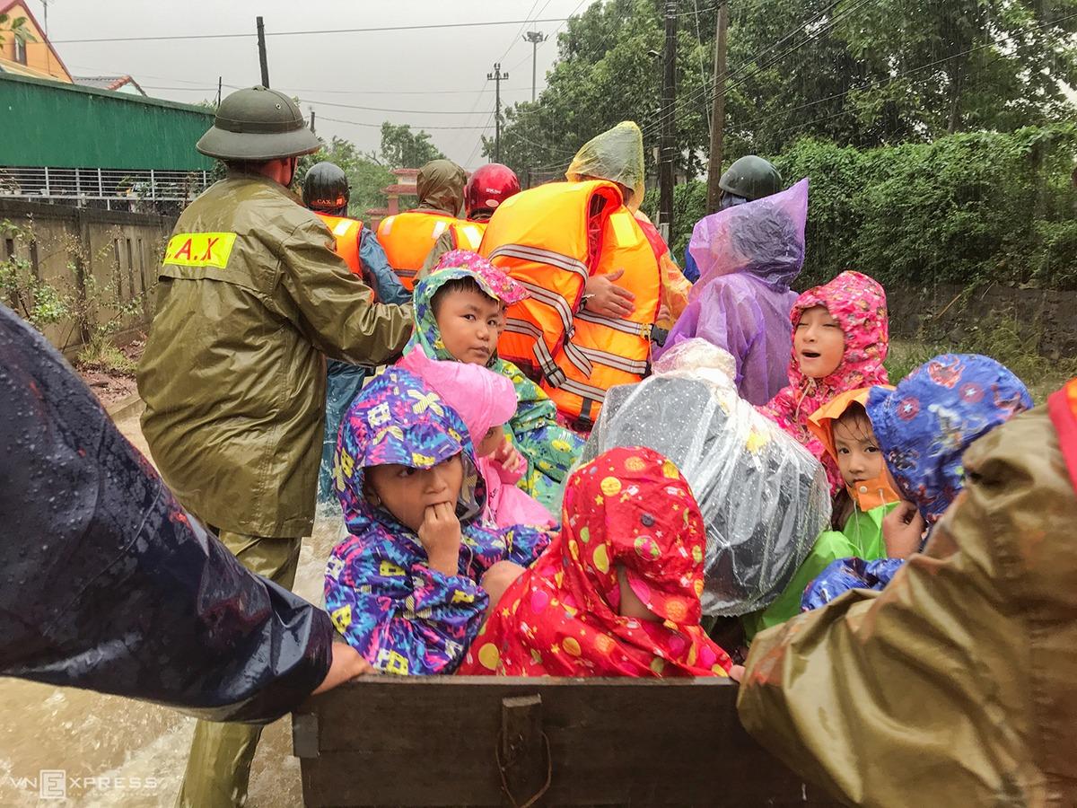 Lực lượng cứu hộ sơ tán người dân ở xã Hiền Thành, Vĩnh Linh, Quảng Trị ngày 20/10. Ảnh: Hoàng Táo