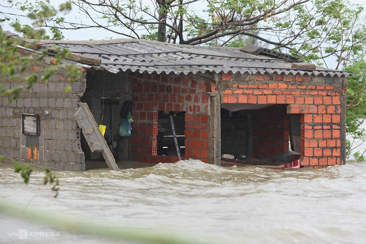 Căn nhà anh Trọng nước đã rút xuống hơn 1 mét, ngày 21/10. Ảnh: Nguyễn Đông.