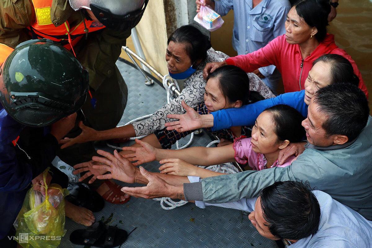 Người dân huyện Lệ Thuỷ nhận hàng cứu trợ, ngày 21/10. Ảnh: Hữu Khoa.