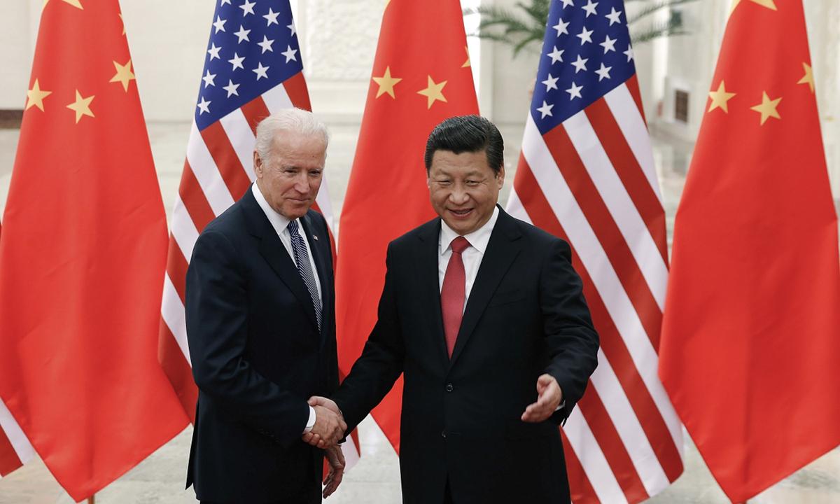 Cựu phó tổng thống Mỹ Joe Biden (trái) bắt tay Chủ tịch Tập Cận Bình trong chuyến thăm Trung Quốc hồi năm 2013. Ảnh: AP.