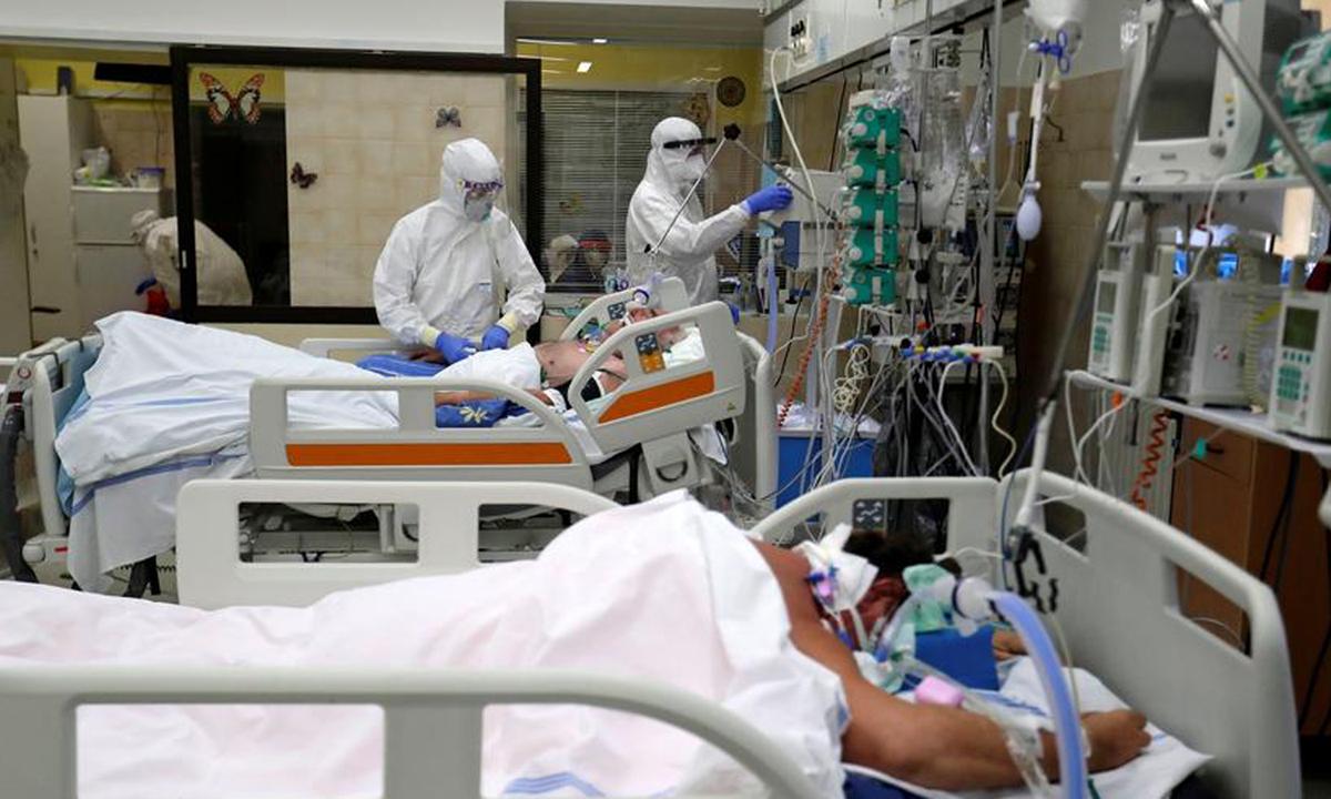 Nhân viên y tế chăm sóc bệnh nhân Covid-19 tại phòng ICU của Bệnh viện Slany ở Slany, Cộng hòa Czech hôm 13/10. Ảnh: Reuters.