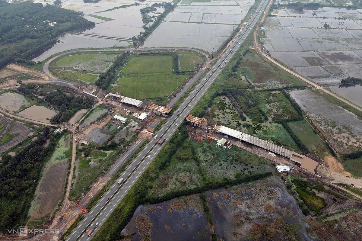 Nút giao cao tốc TP HCM - Long Thành - Dầu Giây và ĐT 319 thuộc huyện Nhơn Trạch (Đồng Nai) đang được thi công, dự kiến hoàn thành cuối năm 2020. Ảnh: Phước Tuấn.