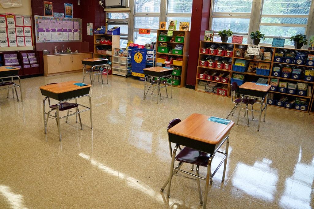 Trường học tại Mỹ kê bàn để giãn cách học sinh. Ảnh: Carlo Allegri/Reuters