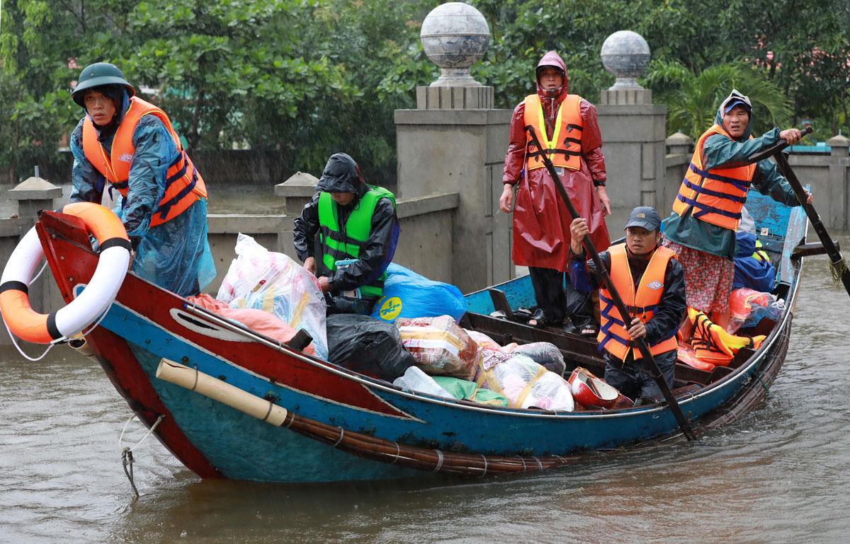 Thuyền đánh cá của ngư dân hỗ trợ công tác cứu hộ, cứu nạn tại Lệ Thủy sáng 20/10. Ảnh: Hữu Khoa.