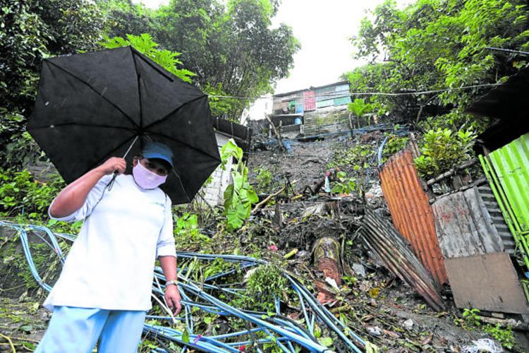 Mưa lớn gây sạt lở đất ở Quezon hôm 20/10. Ảnh: Inquirer.