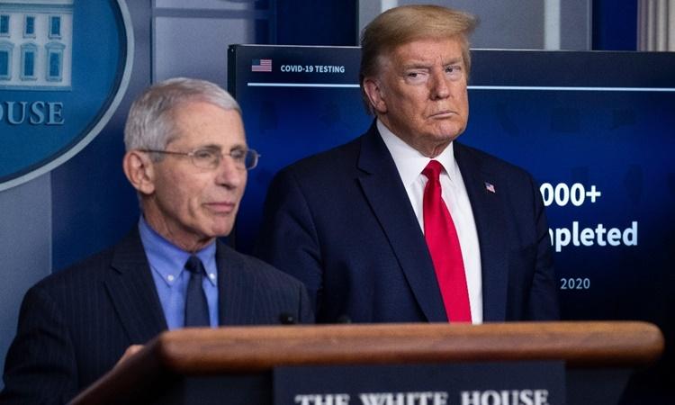 Cố vấn y tế Anthony Fauci và Tổng thống Trump tại một cuộc họp báo về Covid-19 tại Nhà Trắng. Ảnh: AP.