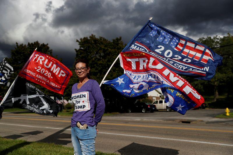 Shonna Bland đứng trước một loạt lá cờ ủng hộ Trump tại Cortland,Ohio. Ảnh: Reuters.