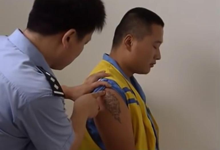 Hình xăm sư tử trên tay phải của Khang. Ảnh: CCTV.