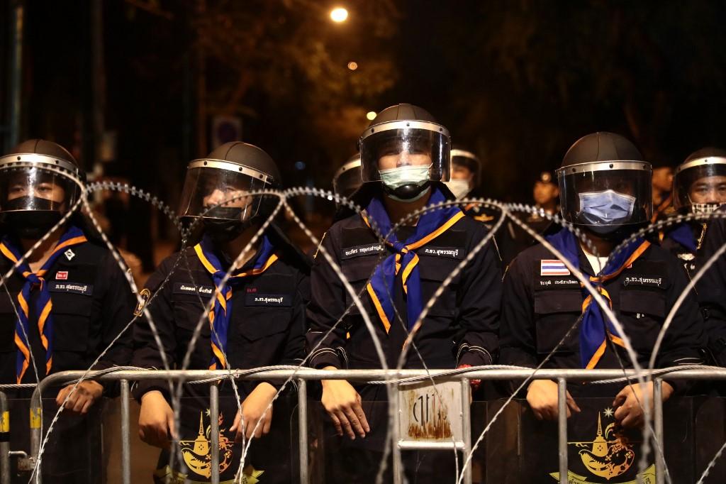 Cảnh sát chống bạo động được triển khai trên đường phố Bangkok tối 21/10. Ảnh: AFP.