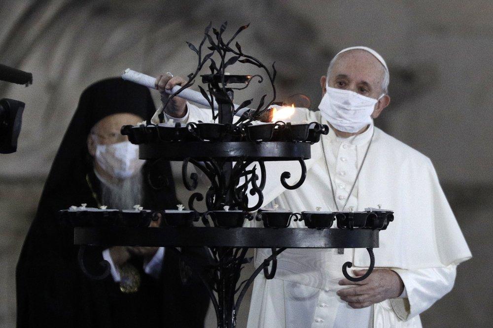 Giáo Francis đeo khẩu trang trong buổi lễ bên ngoài toà thị chính Rome hôm 20/10. Ảnh: AP.