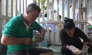 Người Sài Gòn gói bánh gửi miền Trung