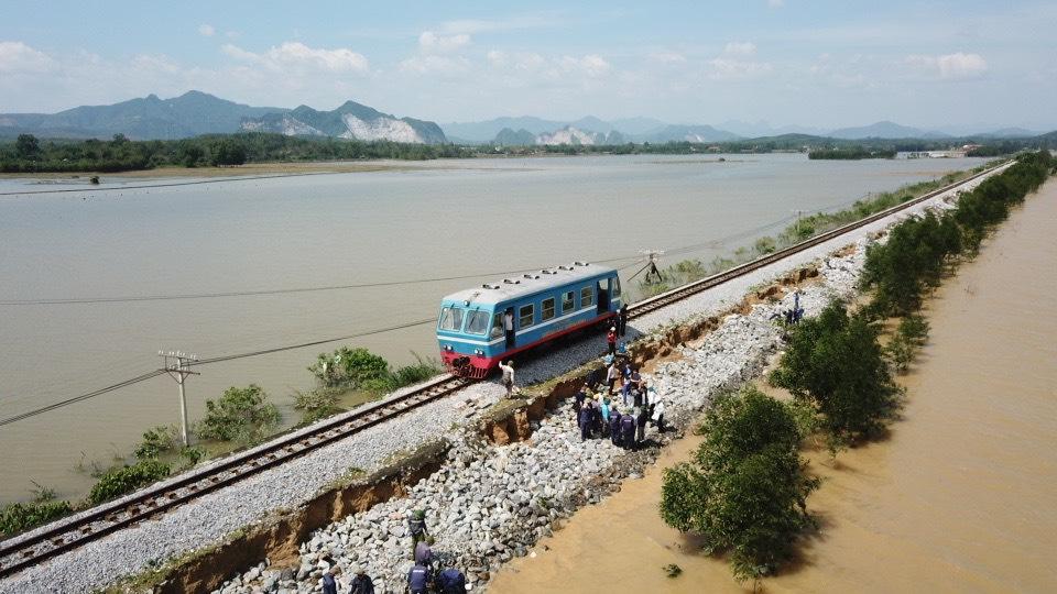 Chạy tàu thử qua đoạn đường sắt bị xói lở ở Quảng Bình. Ảnh: Phương Linh.