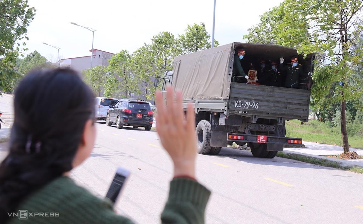 Người dân đứng bên đường, vẫn chào các quân nhân hy sinh lần cuối. Ảnh: Hoàng Táo