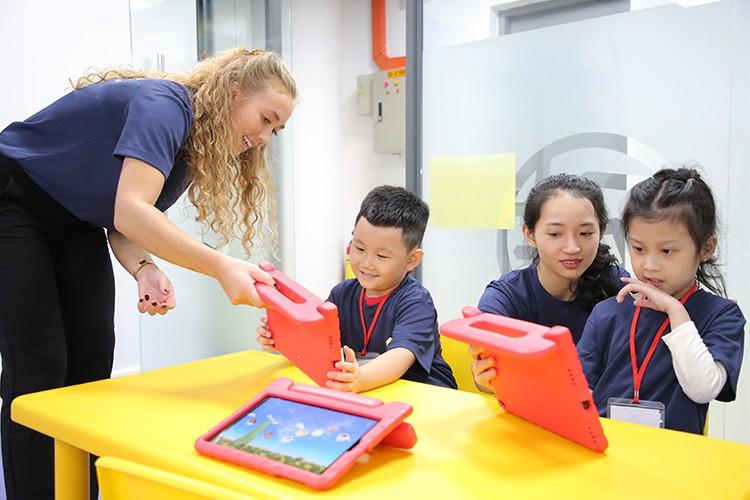 Trẻ có thể học với máy tính bảng, các phần mềm học tiếng Anh hiện đại tại Alab. Xin tên người chụp ảnh.