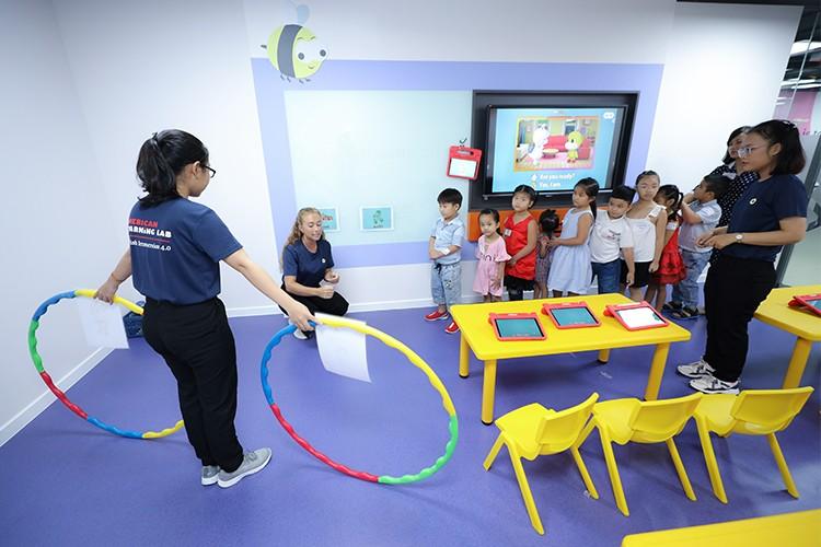 Hoạt động vừa học vừa chơi tạo không khí học tập vui vẻ cho trẻ. Xin ảnh lớn, xin tên người chụp ảnh. Xem thêm tại đây.