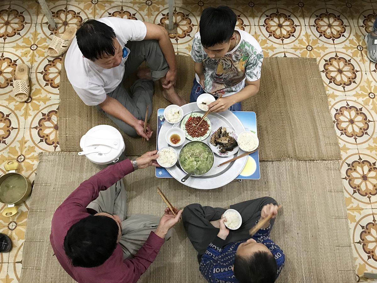 Hai phụ huynh và hai nam sinh trong bữa cơm trưa 22/10. Ảnh: Dương Tâm.