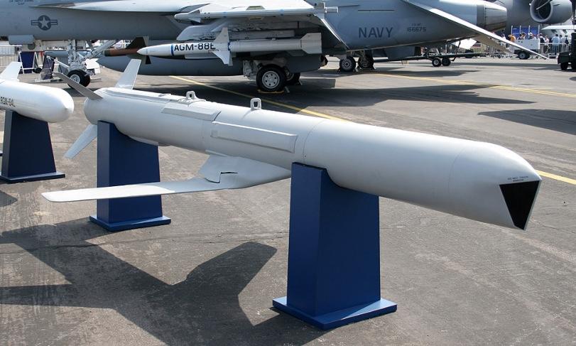 Mô hình tên lửa AGM-84H được Mỹ trưng bày tại triển lãm hàng không. Ảnh: Military Edge.