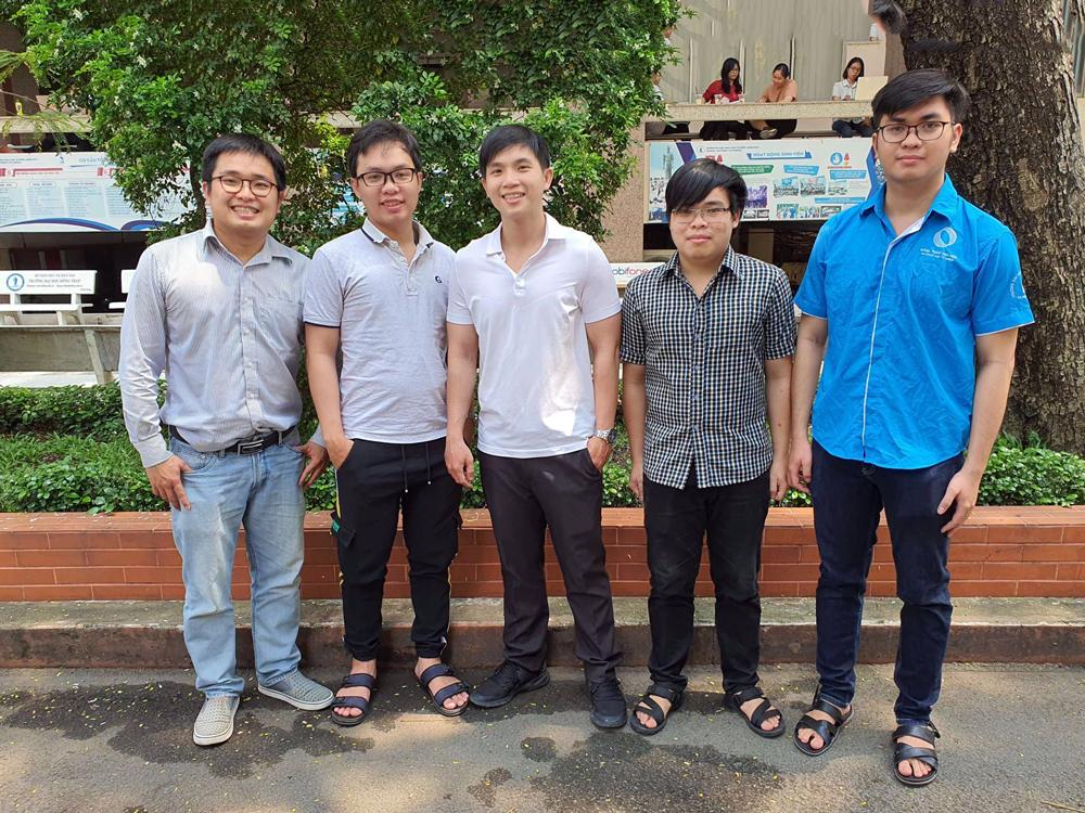 Nhóm nghiên cứu từ trái qua gồm TS Nguyễn Thanh Bình, Đinh Viết Cường (người hỗ trợ nhóm xử lý dữ liệu), Nguyễn Hữu Đắc, Huỳnh Tấn Phong và Huỳnh Thanh Sơn. Ảnh: HCMUS.