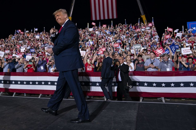 Tổng thống Trump tại sự kiện vận động tranh cử ở Bắc Carolina ngày 21/10. Ảnh: AP.