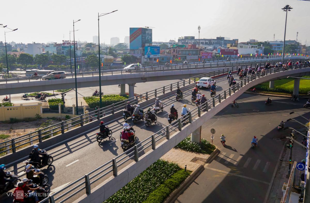 Nhánh thứ ba cầu vượt tại nút giao Nguyễn Thái Sơn - Nguyễn Kiệm - Hoàng Minh Giám đưa vào sử dụng đầu năm 2019 giúp giao thông ở đây bớt ùn tắc. Ảnh: Quỳnh Trần.
